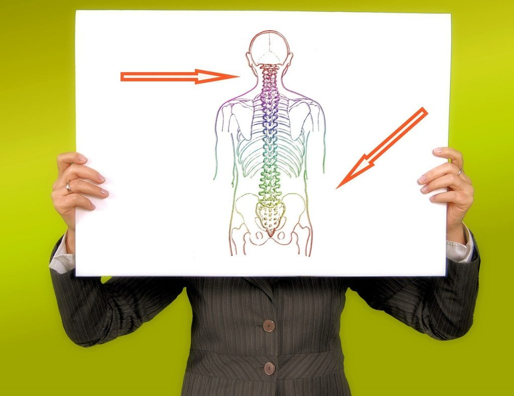腰痛の原因を説明している人
